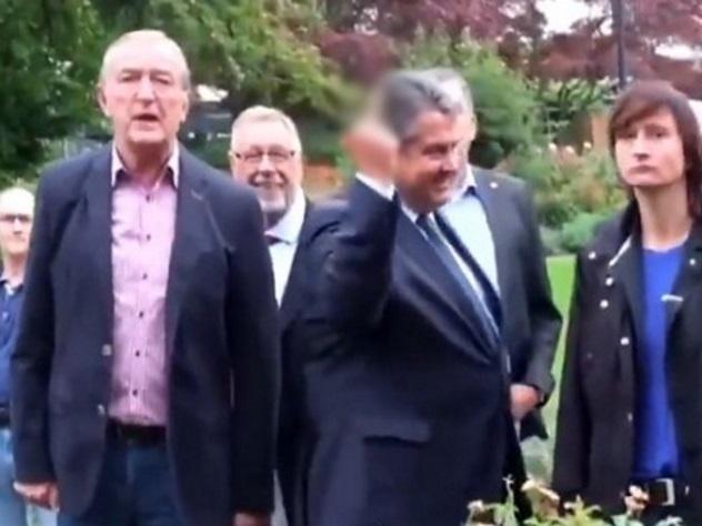 Решение проблемы мигрантов: вице-канцлер ФРГ продемонстрировал нацистам средний палец