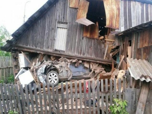 НаУрале автомобилист на Ауди снес дом дооснования