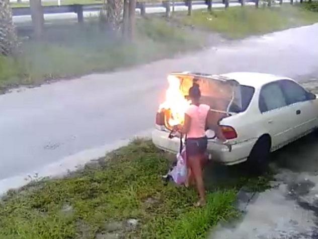 ВСША девушка, желая отомстить бывшему, сожгла нетоавто