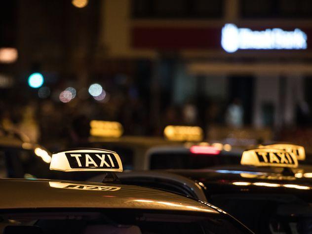 Таксист вернул пассажиру забытые 500 тыс. долларов