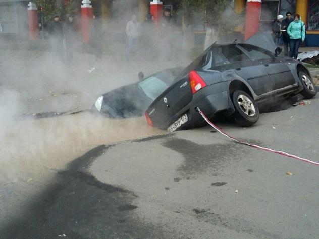 ВСамаре несколько машин провалились вяму скипятком под асфальтом