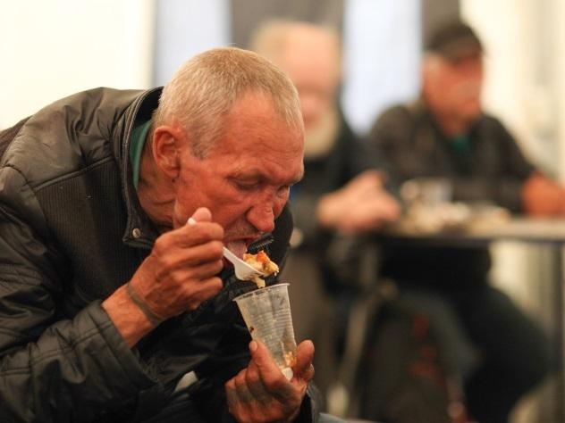 Кемеровский бомж впал вкому после обеда наукраденные удворника деньги