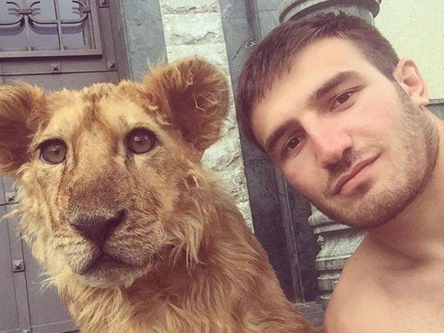 Борец из Нальчика завел дома дикого льва