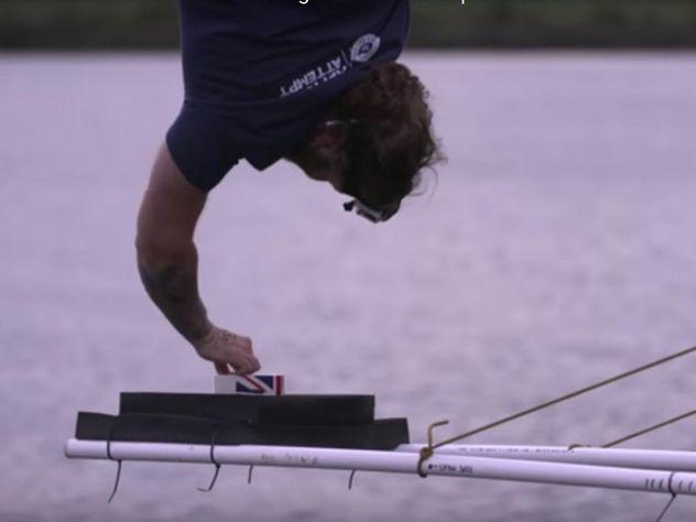Рекордсмен Гиннесса спрыгнул с70-метровой высоты, чтобы обмакнуть печенье вчай
