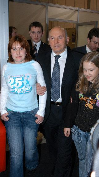 Юрий ЛУЖКОВ с дочками (фото Ларисы КУДЯРВЦЕВОЙ)