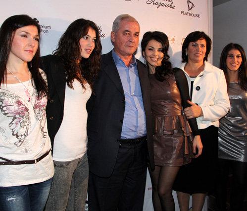 Сати КАЗАНОВА с папой, мамой и сёстрами