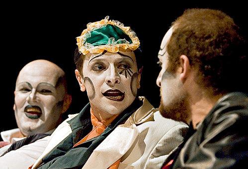 Помимо съёмок Алексей играет в «Театре Луны» (на снимке сцена из спектакля «Коррида, или Роман с бессонной ночью»)