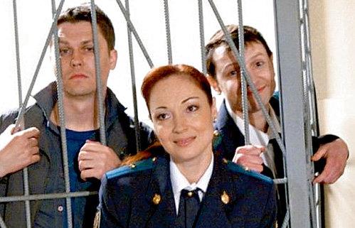 - В сериале «Глухарь» снимаются самые красивые девушки, - говорит БОБРОВ. На снимке он с партнёрами по картине Денисом РОЖКОВЫМ (Антошин) и Викторией ТАРАСОВОЙ (Зимина)