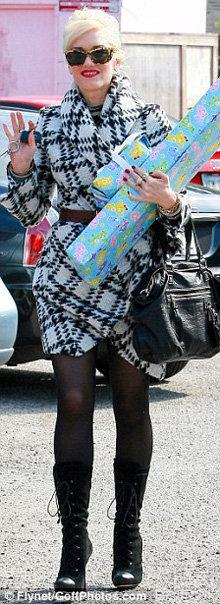 Позже Гвен отправилась в гости к подруге с подарками для её ребёнка, и тут её костюм смотрелся уместно