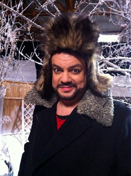 Судя по зимней шапке, певец принимает участие в съёмках новогоднего шоу