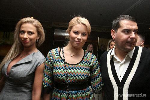 Чтобы скрыть лишний вес, Настя ОСИПОВА носит просторные платья - фото paparazzi.ru
