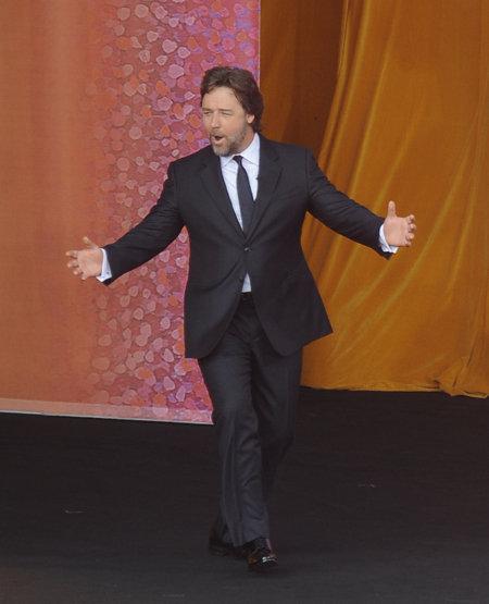 Коллега ДЖЕКМАНА актёр Рассел КРОУ предпочёл выйти на сцену более традиционным путём - из-за кулис. Так же поступила и Николь КИДМАН
