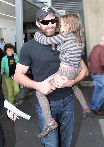 Хью ДЖЕКМАН в сиднейском аэропрту накануне несчастного случая. Актёр прилетел в Австралию вместе с детьми
