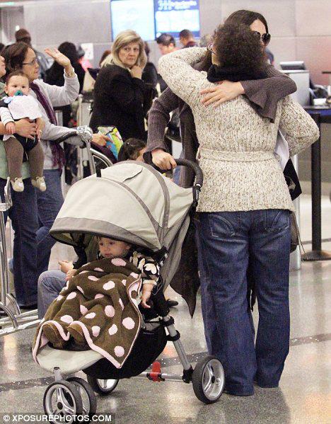 Оксана обнимает на прощание свою маму Людмилу Григорьевну. Фото Daily Mail