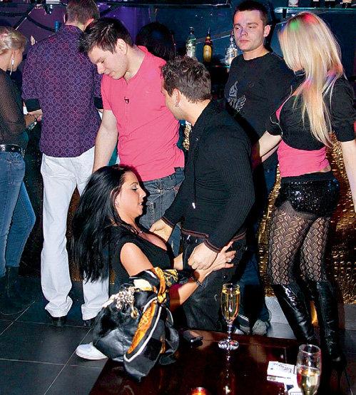 Через минуту эта стоящая на коленях девушка снимет с парня джинсы, но