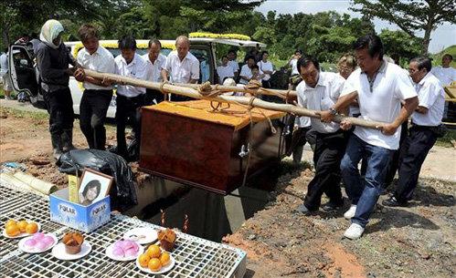 Вопреки обычиям Чинг похоронили в гробу, потому что её огромное тело не поместилось в печь для кремации