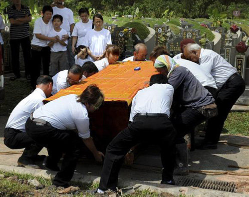 Гроб с телом покойной смогли поднять только 11 мужчин