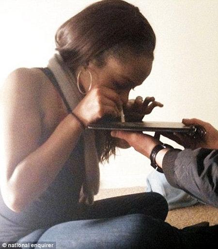 На шокирующих снимках 17-летняя Бобби Кристина нюхает белый порошок, похожий на кокаин