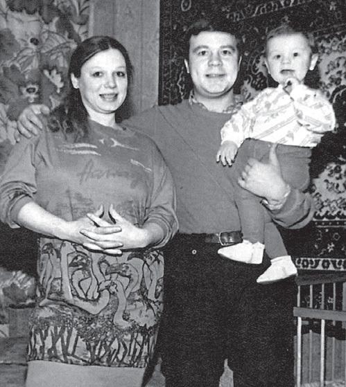 СЕЛИН скучает по тем временам, когда жил небогато, но счастливо (на фото с бывшей женой Ларисой и сыном Прохором, конец 80-х гг.)