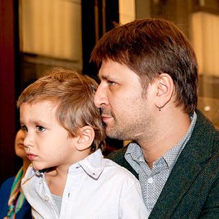 Звезда сериала «Счастливы вместе» стал отцом в пятый раз