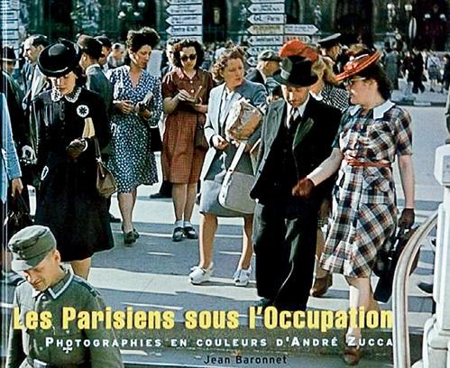 …и во Франции разительно отличалась (на фото афиша выставки фотографий «Парижане в оккупации»)