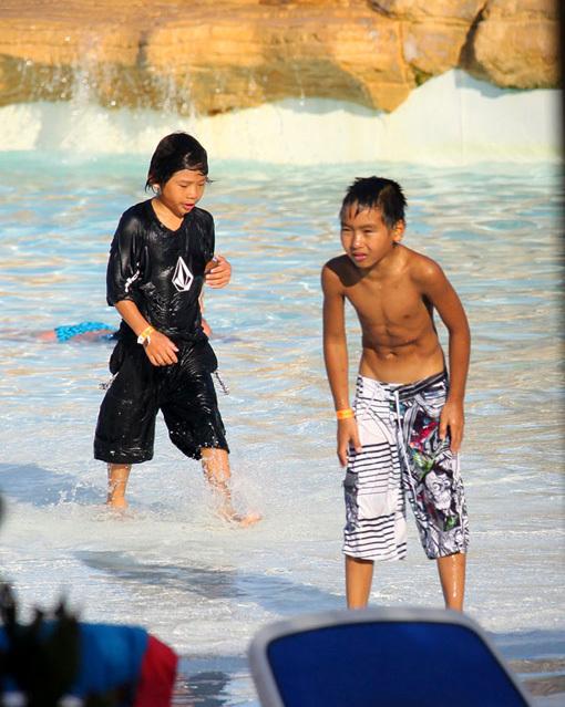 ...играя и купаясь с остальными детьми