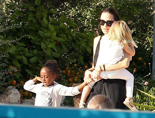 Мамочка Анджелина не спускала Вивьен с рук