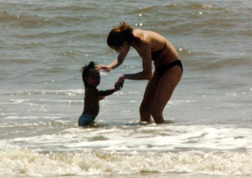 Актриса с таким  удовольствием плескалась с малышом в окене, что даже странно — почему теперь она предпочитает плавать одетой
