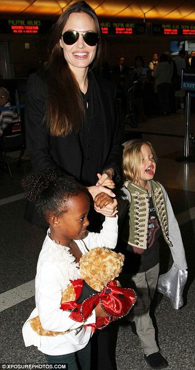 Анджелина ДЖОЛИ в Лос-Анджелесе - фото Daily Mail