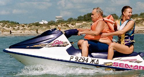 РЯЗАНОВ дружит с Ириной больше 10 лет и не устает восхищаться ею: - В работе очень активная, в жизни и на экране - настоящая русская женщина! (фото - Черноморское побережье, 2000 г.)