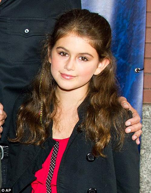 Супермодель Синди КРОУФОРД недавно тоже подверглась критике за то, что позволяет своей 9-летней дочери Кайе красится как взрослой