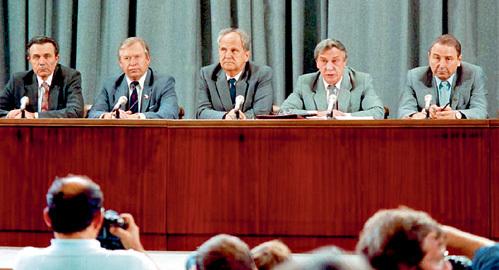 ГКЧП ждал, когда же КГБ приступит к показу компромата на продавшихся ЦРУ младодемократов. Но чекисты-оборотни ещё больше раздражали народ...
