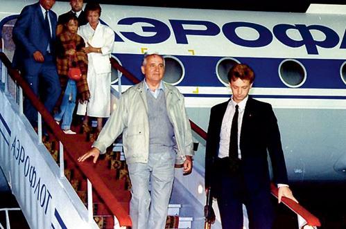 Вернувшийся из Фороса Михаил Сергеевич не стал бороться за власть, а, спокойно передав ядерный чемоданчик, полетел собирать свои 30 сребреников по заграницам