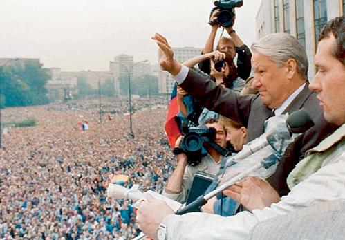 ЕБН стал популярным в народе на борьбе с партийными привилегиями. Но уже в конце 90-х любой чиновник Московской мэрии мог позволить себе больше, чем Леонид Ильич БРЕЖНЕВ