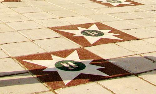 Памятные плитки с именами Аллы ПУГАЧЁВОЙ и Филиппа КИРКОРОВА всегда были рядом...