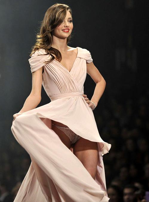 девушки модели под юбкай фотографии