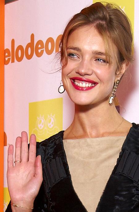 На пальчике Наташи красовалось обручальное колечко, которое ей подарил лорд Портман