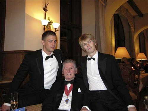Алекс - сын мультимиллиардера Майкла Смарфита, на фото - с отцом и младшим братом