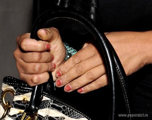 ...и продемонстрировала окружающим облупившиеся ногти