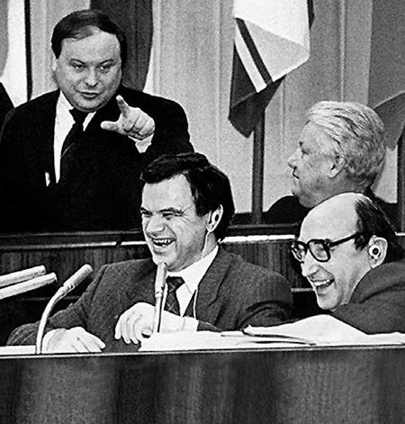 Речи Егора ГАЙДАРА всегда умиляли Президента России но вызывали саркастический смех и возмущение экономиста-рыночника Руслана ХАСБУЛАТОВА (в центре)