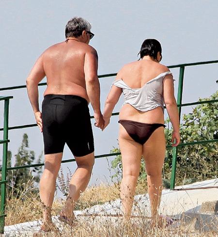 С пляжа Игорь и Лариса шли, нежно взявшись за руки