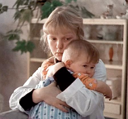 В реальной жизни юная актриса была такой же трогательной и бойкой, как и в кино (кадр из фильма «Свет в окне»)