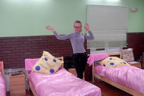 А вот комната девочек напоминает общежитие