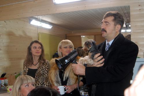 Валерий КОМИССАРОВ следит за всеми участниками шоу, включая четвероногих - будь то щенок...