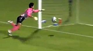 Рюдзиро УЭДА установил новый мировой рекорд, забив мяч головой с центра поля