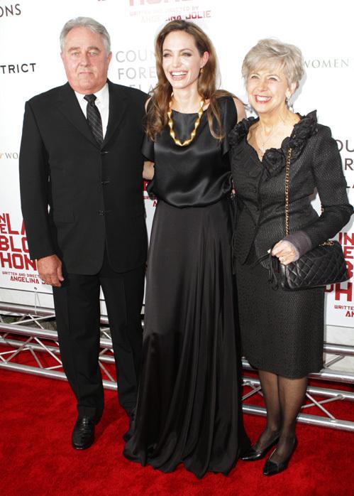 Анджелина ДЖОЛИ с родителями Брэда ПИТТА на премьере картины