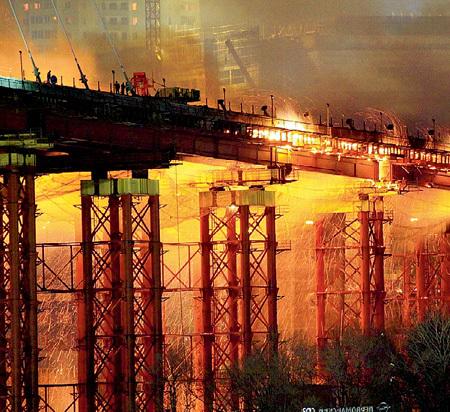 Мост во Владивостоке загорелся через три дня после того, как ДЕЛЯГИН предположил о провале саммита АТЭС (фото РИА Новости)