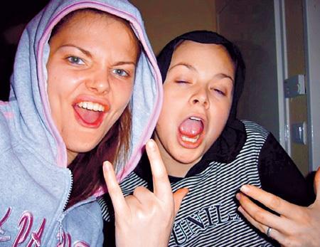 Подруга Лизы БОЯРСКОЙ то ли от зависти, то ли от обиды выложила юношеские снимки актрисы, где та сплошь без макияжа и с нелепым выражением лица. Фото vk.com