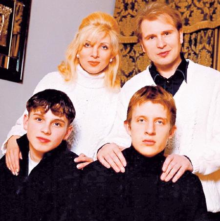 Сын Эммы от первого брака Антон (на фото справа) и отпрыск МАЛИНИНА Никита (на фото слева) хоть и не родные по крови, но сразу поладили (1999 г.) (фото malinin.ru)