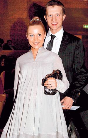 20 лет назад Антон вычеркнул из жизни родного отца и до сих пор с ним не общается (на фото вместе с беременной супругой Ангелиной, 2007 г.)